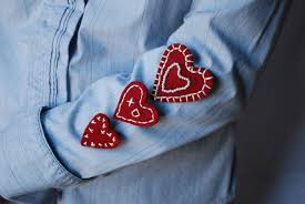 to wear one's hart on sleeve